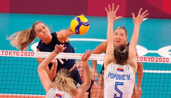 Với chiến thắng 3-0 trước Serbia, đội tuyển bóng chuyền nữ Mỹ (áo xanh) giành 1 vé vào thi đấu chung kết Olympic Tokyo 2020. Ảnh: GETTY IMAGES