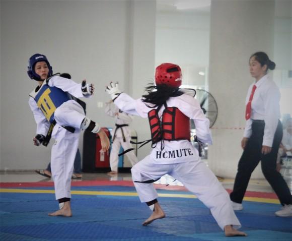 VĐV thi đấu đối kháng tại giải taekwondo sinh viên TPHCM mở rộng. Ảnh: NGUYỄN ANH
