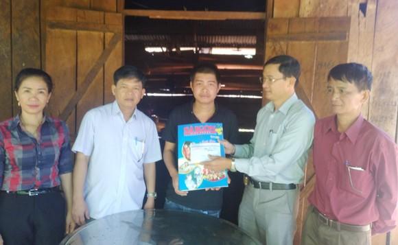 Nhà báo Trần Văn Phong trao 46 triệu đồng cho em Ma Văn Hiệu