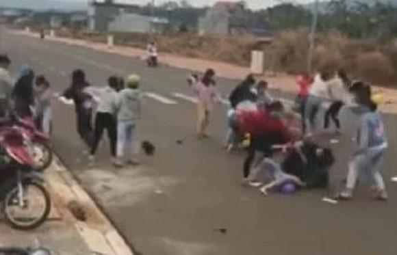 Hai nhóm nữ sinh đánh nhau được đăng tải trên mạng xã hội.