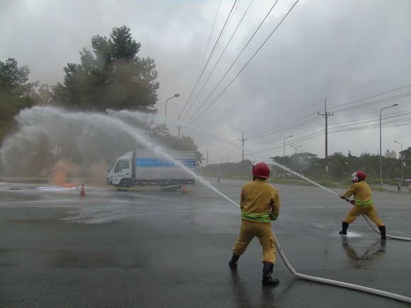 Diễn tập ứng phó sự cố tràn đổ hóa chất trên đường vận chuyển ảnh 2