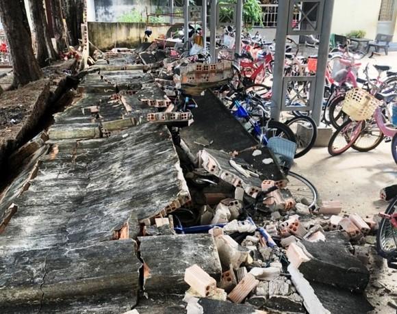 Sập tường rào 27m tại trường tiểu học, 14 xe đạp bị hư hỏng ảnh 1