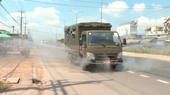 Phun khử khuẩn tại các tuyến đường gần KCN Minh Hưng