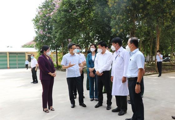 Phó Thủ tướng Vũ Đức Đam kiểm tra công tác điều trị tại bệnh viện dã chiến huyện Đồng Phú (Bình Phước) ảnh 3