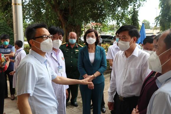 Phó Thủ tướng Vũ Đức Đam kiểm tra công tác điều trị tại bệnh viện dã chiến huyện Đồng Phú (Bình Phước) ảnh 2
