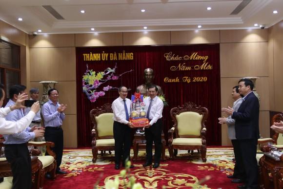 Lãnh đạo TPHCM làm việc, tặng quà tết tại Quảng Nam và Đà Nẵng ảnh 7