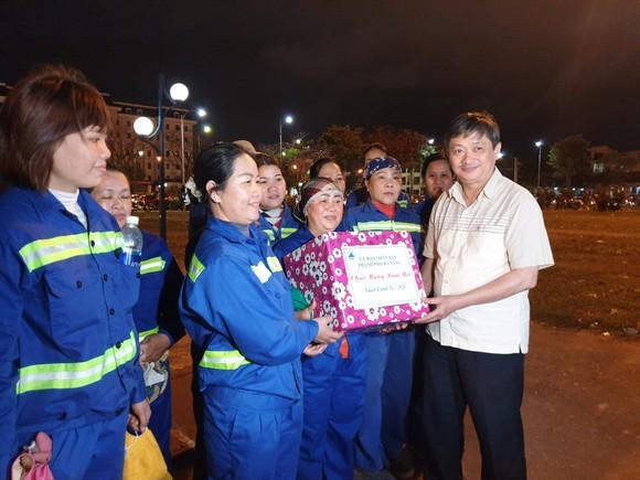 Lãnh đạo TP Đà Nẵng đến thăm, chúc Tết cán bộ, nhân viên thực hiện nhiệm vụ đêm Giao thừa ảnh 13