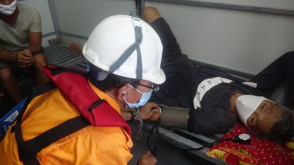 Cứu 13 ngư dân thoát chết trên vùng biển Đà Nẵng  ảnh 2