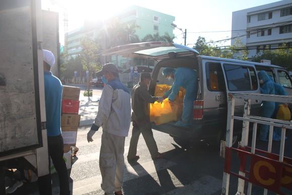 Người dân Đà Nẵng tặng nhu yếu phẩm cho 3 bệnh viện bị phong tỏa ảnh 6