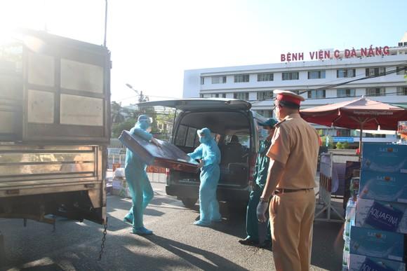Người dân Đà Nẵng tặng nhu yếu phẩm cho 3 bệnh viện bị phong tỏa ảnh 9