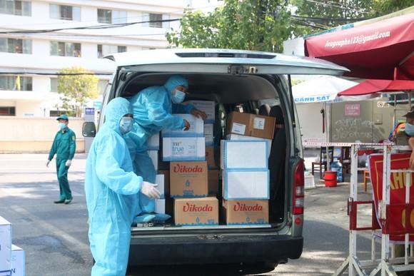 Người dân Đà Nẵng tặng nhu yếu phẩm cho 3 bệnh viện bị phong tỏa ảnh 8