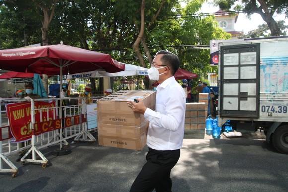 Người dân Đà Nẵng tặng nhu yếu phẩm cho 3 bệnh viện bị phong tỏa ảnh 11