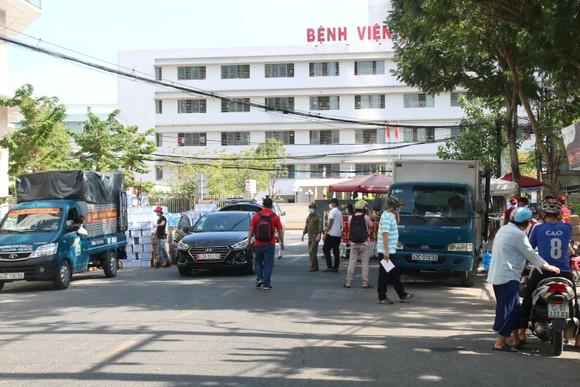 Người dân Đà Nẵng tặng nhu yếu phẩm cho 3 bệnh viện bị phong tỏa ảnh 2