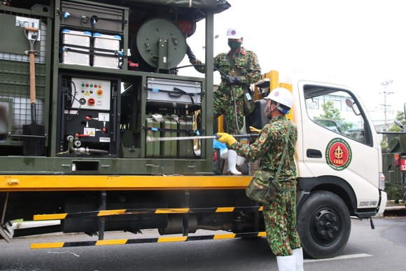 Quân đội tiến hành khử khuẩn quận Sơn Trà, TP Đà Nẵng  ảnh 1