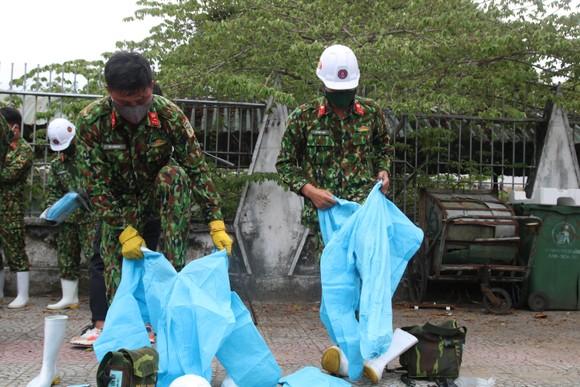 Quân đội tiến hành khử khuẩn quận Sơn Trà, TP Đà Nẵng  ảnh 3