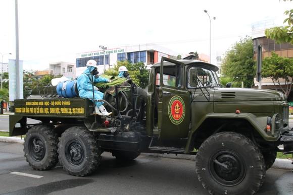 Quân đội tiến hành khử khuẩn quận Sơn Trà, TP Đà Nẵng  ảnh 5