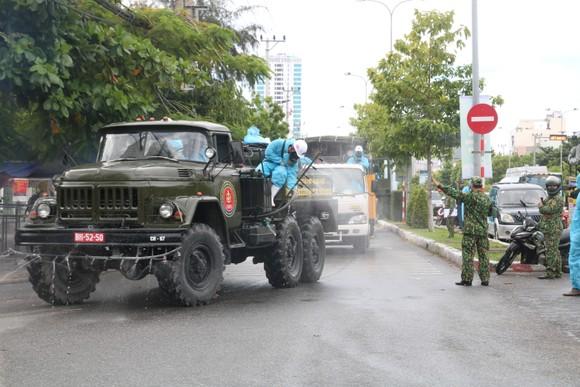Quân đội tiến hành khử khuẩn quận Sơn Trà, TP Đà Nẵng  ảnh 6
