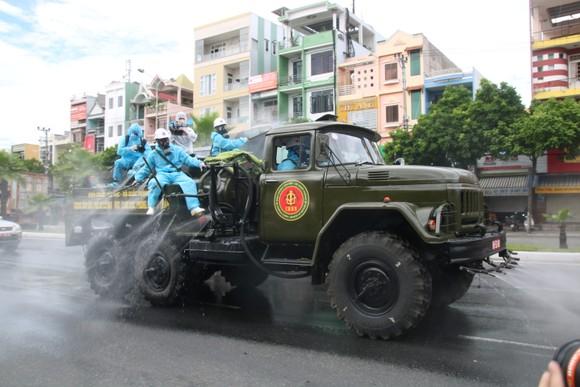 Lực lượng quân đội phun khử khuẩn trên tuyến đường Ngô Quyền. Ảnh: NGUYỄN CƯỜNG