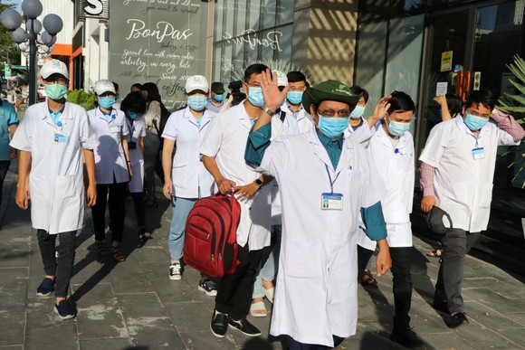 Đoàn y bác sĩ Bình Định ra hỗ trợ Bệnh viện dã chiến Tiên Sơn ảnh 3