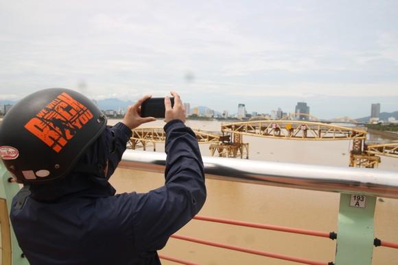 Người dân Đà Nẵng hào hứng xem cầu Nguyễn Văn Trỗi nâng nhịp ảnh 7