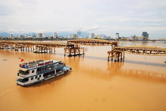 Người dân Đà Nẵng hào hứng xem cầu Nguyễn Văn Trỗi nâng nhịp ảnh 1