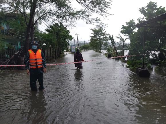 Đà Nẵng sơ tán gần 3.000 người do ảnh hưởng của mưa lũ và bão số 6 ảnh 1