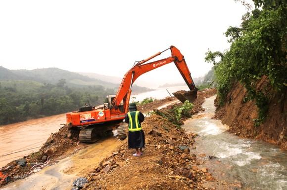 Sử dụng trực thăng thả 1,5 tấn hàng cứu trợ cho xã bị cô lập ở Quảng Trị ảnh 1