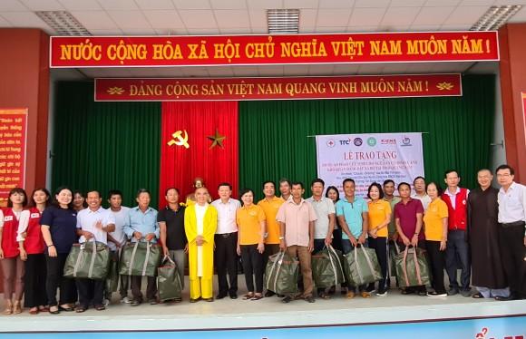 Tặng 500 áo phao sinh tồn cho ngư dân nghèo tỉnh Quảng Nam ảnh 1