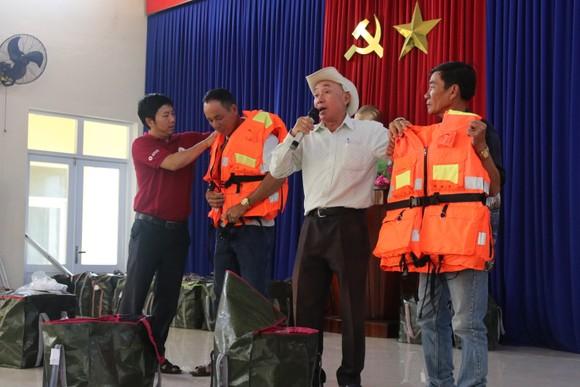 Tặng 500 áo phao sinh tồn cho ngư dân nghèo tỉnh Quảng Nam ảnh 3
