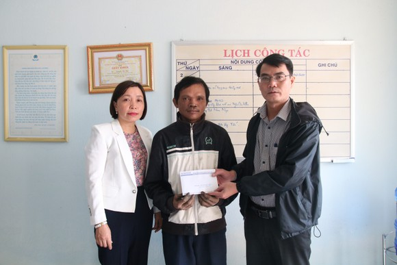 Trao tiền hỗ trợ các hoàn cảnh khó khăn tại Huế, Hà Tĩnh, Quảng Nam ảnh 3