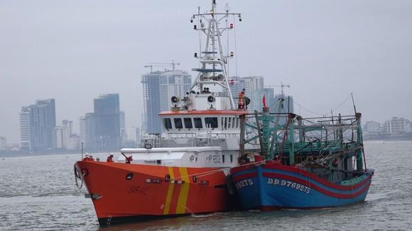 Cứu 7 ngư dân gặp nạn trên biển ảnh 2