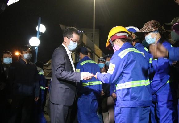 Lãnh đạo TP Đà Nẵng thăm và chúc tết các đơn vị trong đêm giao thừa ảnh 1