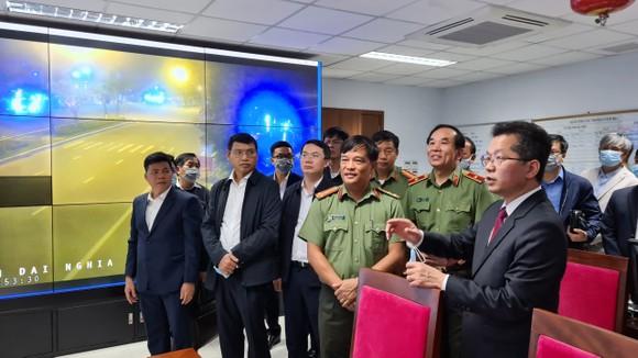 Lãnh đạo TP Đà Nẵng thăm và chúc tết các đơn vị trong đêm giao thừa ảnh 3