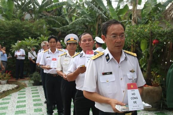 Dâng hương tưởng nhớ 64 anh hùng liệt sĩ Gạc Ma ảnh 8