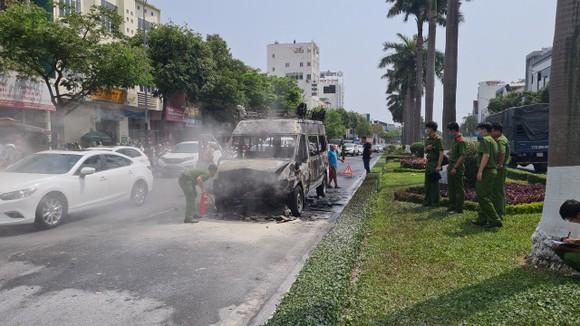 Một xe tang lễ bốc cháy khi đang lưu thông ảnh 2