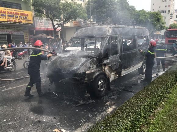 Một xe tang lễ bốc cháy khi đang lưu thông ảnh 1