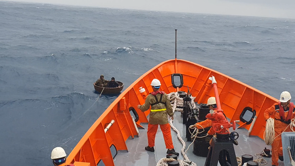 Kịp thời ứng cứu 2 ngư dân bị nạn trên biển ảnh 1
