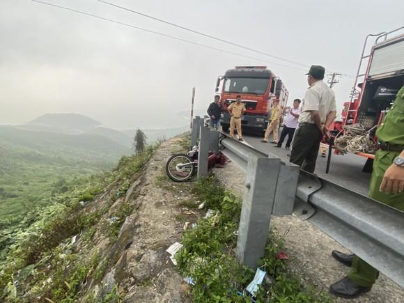 Đà Nẵng: Cứu kịp thời một người bị tai nạn rơi xuống vực trên đèo Hải Vân ảnh 2