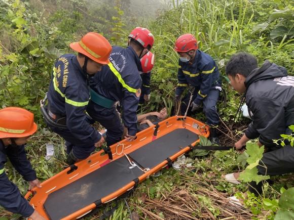 Đà Nẵng: Cứu kịp thời một người bị tai nạn rơi xuống vực trên đèo Hải Vân ảnh 1