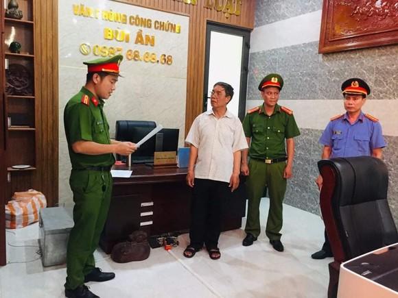 Bắt tạm giam trưởng phòng công chứng liên quan vụ làm giả sổ đỏ ảnh 1