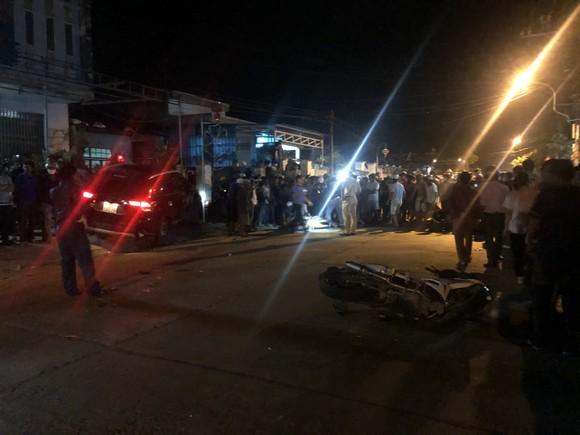 Ô tô tông liên tiếp nhiều xe máy, 2 người chết, 3 người bị thương ảnh 1