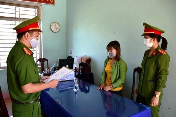 Cơ quan công an đọc lệnh bắt tạm giam đối với đối tượng Phạm Thị Ngọc Tuyến