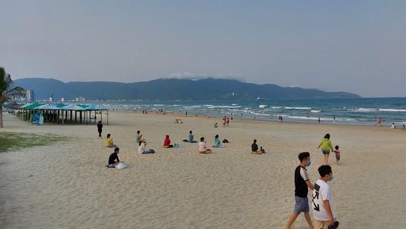 Quảng Nam yêu cầu người dân đeo khẩu trang trước và sau khi tắm biển ảnh 1