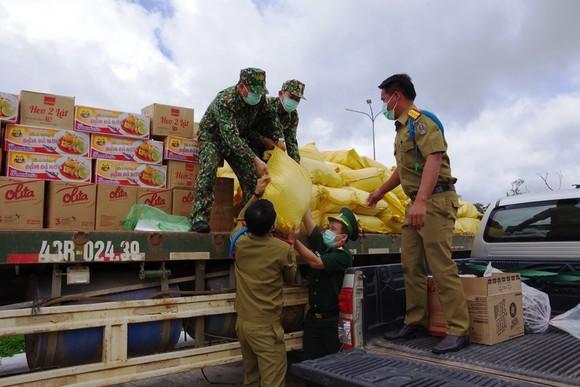 BĐBP Quảng Nam tặng lương thực, vật tư y tế cho lực lượng bảo vệ biên giới tỉnh Sê Kông, Lào ảnh 1
