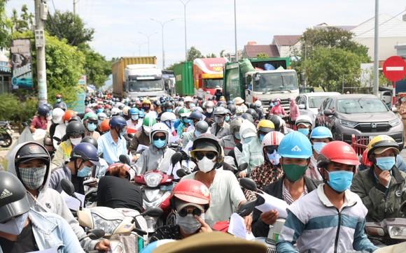 Hàng ngàn người dân Quảng Nam hối hả rời khỏi Đà Nẵng ảnh 1