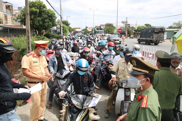 Hàng ngàn người dân Quảng Nam hối hả rời khỏi Đà Nẵng ảnh 4