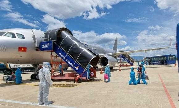 2 chuyến bay chở gần 400 người dân khó khăn tại TPHCM về Quảng Nam ảnh 1