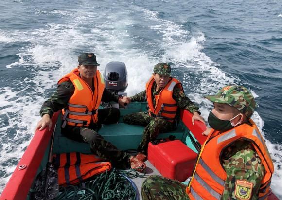 Quảng Nam: Huy động nhiều tàu, ca nô tìm kiếm ngư dân mất tích trên biển ảnh 1