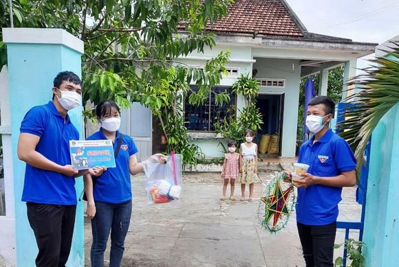 Quảng Nam: Tặng quà Trung thu cho các em nhỏ đang phải cách ly tại nhà ảnh 1