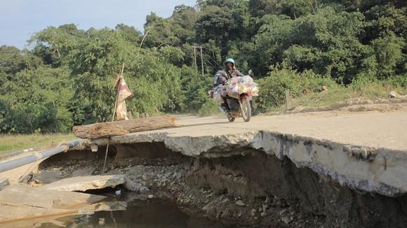 Hiểm nguy 'rình rập' người dân vùng biên giới Quảng Trị sau mưa lũ ảnh 1